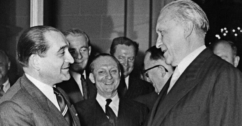 Le président du Conseil français Pierre Mendès France prend congé du chancelier allemand Konrad Adenauer, le 23 août 1954, à l'issue de la réunion des Six.