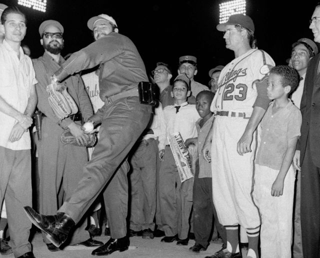 Fidel castro donnant le coup d'envoi du traditionnel match d'ouverture de l' International League le 20 avril 1960