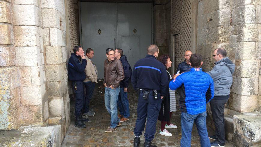 25 surveillants de Saint-Martin-de-Ré se sont rassemblés ce lundi matin, en soutien à un collègue blessé la semaine dernière