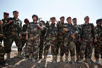Le 14 Juin 2014 Mossoul, en Irak, des combattants Peshmergas assurent la sécurité au dernier point de contrôle à l'extérieur de Mossoul.