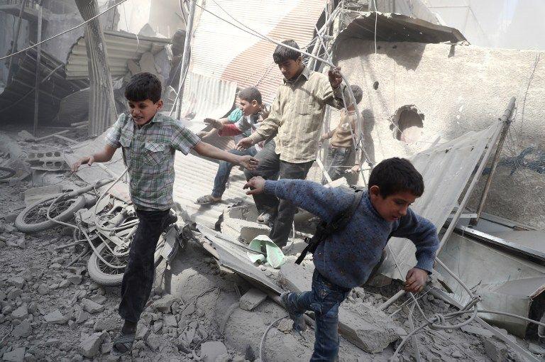 Des enfants syriens vont se mettre à couvert pendant un raid aérien du gouvernement syrien.