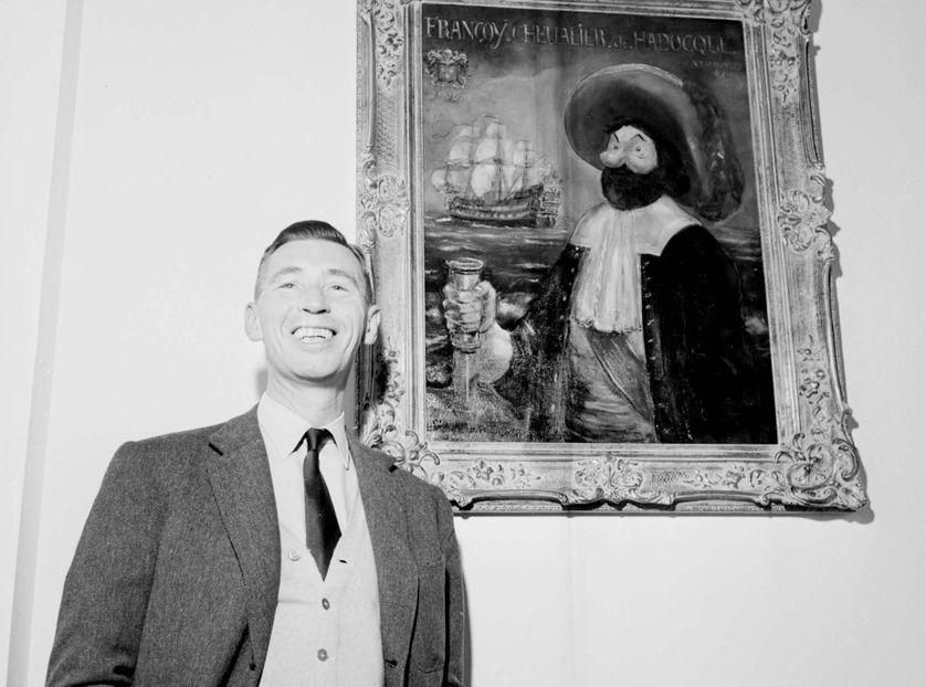 Hergé devant un tableau représentant le capitaine Haddock en 1958