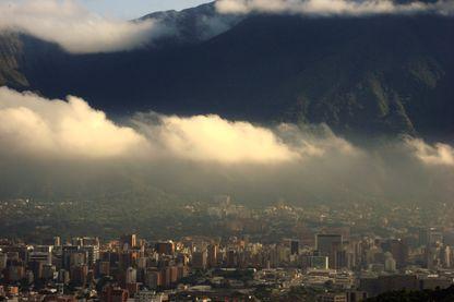 Santiago de León de Caracas, traditionnellement connue sous le nom de Caracas. Derrière la ville, la montagne Avila.
