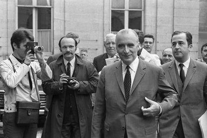 """Georges Pompidou et Edouard Balladur, membre de son cabinet, lors la première session des """"négociations"""" Grenelle à Paris le 25 mai 1968 lors des événements de mai-Juin 1968."""