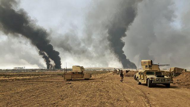 A Qayyarah, les puits de pétrole, incendiés par les djihadistes avant leur départ il y a un mois, brûlent toujours devant les blindés de l'armée irakienne