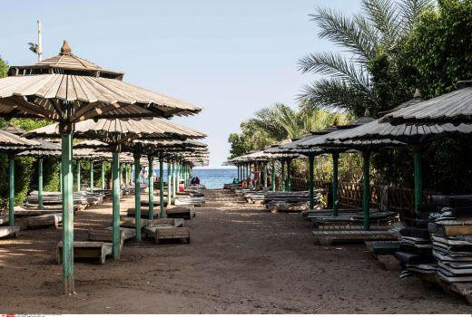 Une plage désertée à Namaa Bay, Sharm el-Sheikh, en Egypte