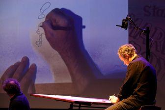 Zep en train de dessiner Titeuf au festival de la Bande Dessinée d'Angoulême, janvier 2016