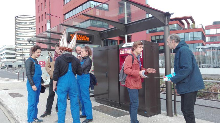 En plein discussion à un arrêt de bus Tempo entre Allonnes et Le Mans. Une autre manière de parler du Festival Les Jeunes Poussent.
