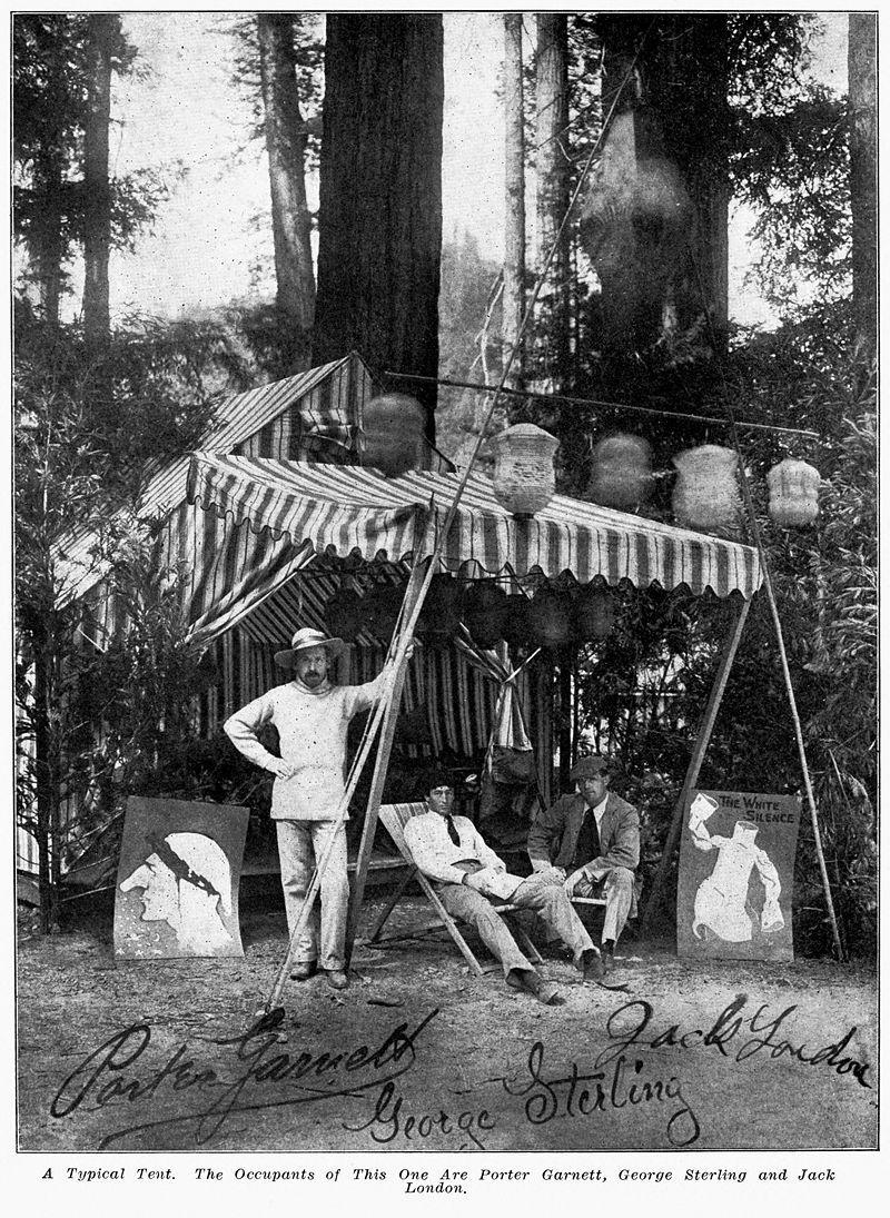 """Jack London (à droite) avec ses amis Porter Garnett et George Sterling, au """"Bohemian Grove Camp""""."""
