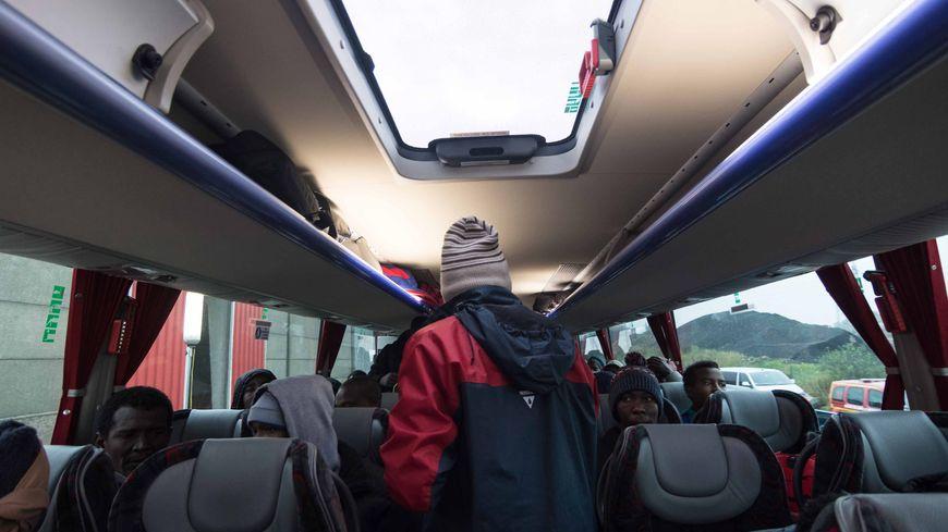 """Les migrants évacués de la """"jungle"""" de Calais"""