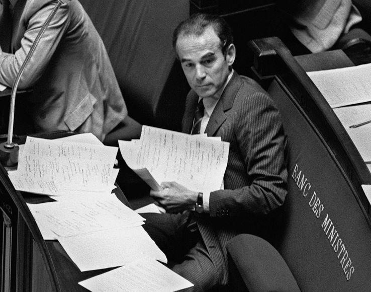 Le ministre de la Justice Robert Badinter est assis dans l'hémicycle de l'Assemblée nationale, le 17 septembre 1981 à Paris, lors de l'examen de son projet de loi sur l'abolition de la peine de mort.
