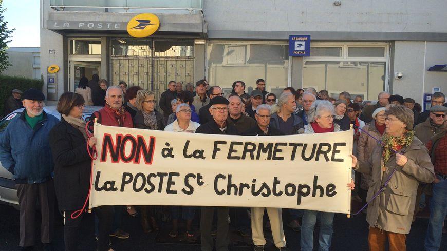 Une soixantaine de personnes se sont rassemblées ce samedi matin devant le bureau de Poste Saint-Christophe