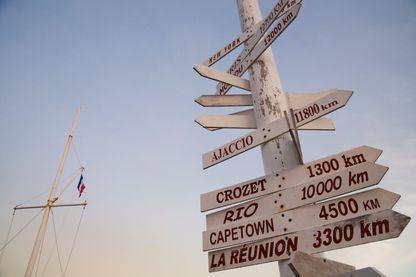 Panneaux indicateurs de la distance séparant les îles Kerguelen des divers endroits sur terre à base de Port-aux-Français.