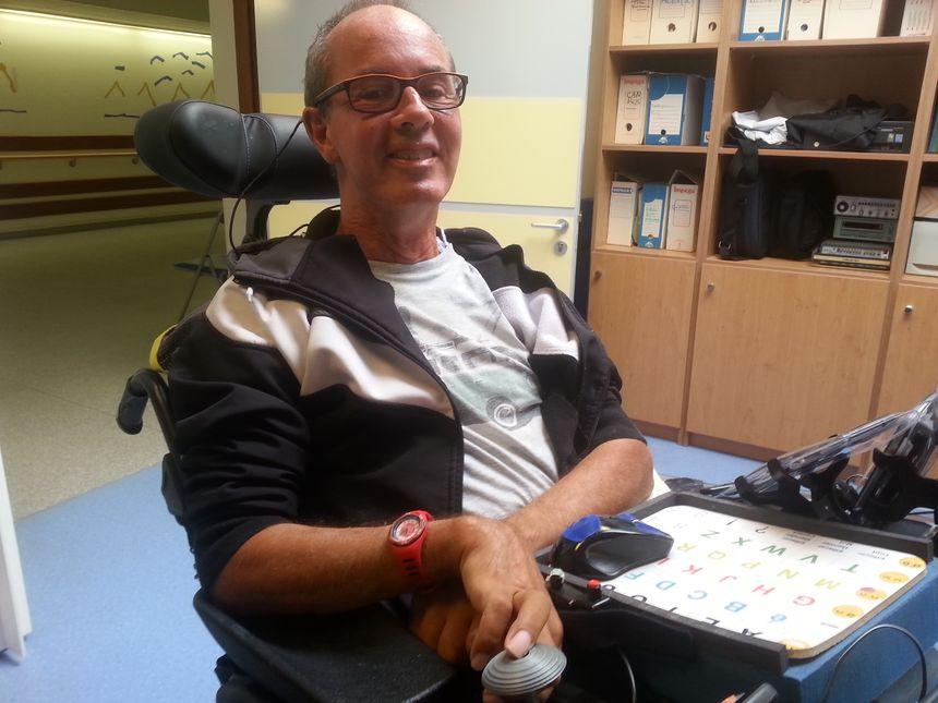 Le joystick du fauteuil roulant a été conçu par l'imprimante 3D. Il est spécialement adapté à la forme de la main du patient.