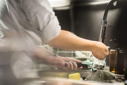 Restaurateur dans sa cuisine