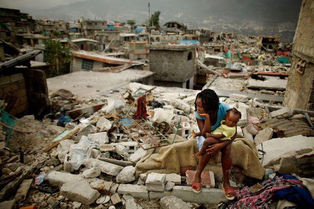 Sherider Anilus, 28 ans, et sa fille Monica, neuf mois, assises à l'endroit où leur maison s'est effondrée pendant le séisme de janvier 2010 dans le quartier national du Fort à Port-au-Prince, Haïti.