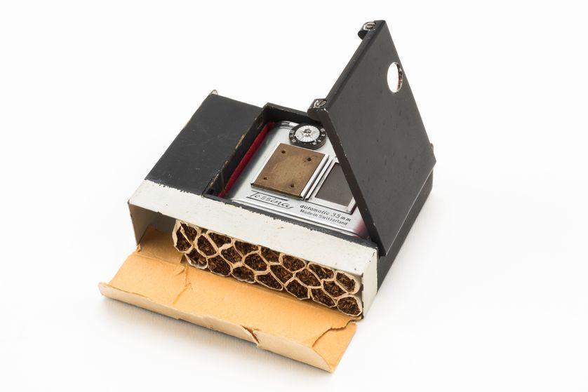 Appareil photo miniature Tessina automatique 35 mm caché dans un paquet de cigarettes, utilisé par le SDECE pendant la guerre froide