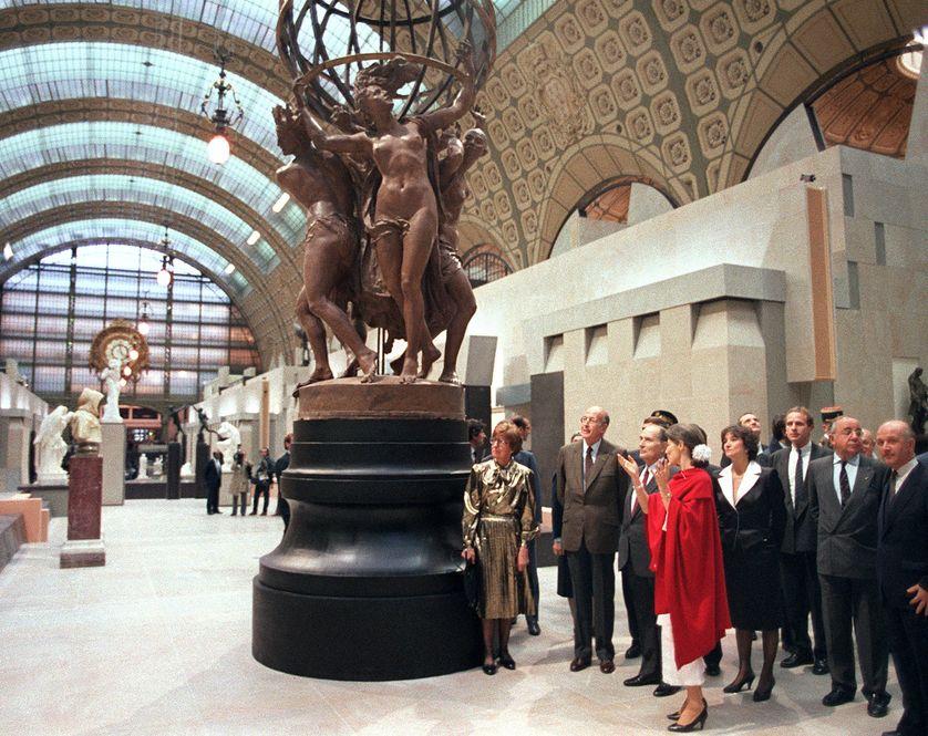 Le 1er décembre 1986, Anne Pingeot commente la visite de François Mitterrand au Musée d'Orsay pour son inauguration