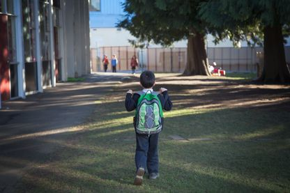 Enfant va en classe