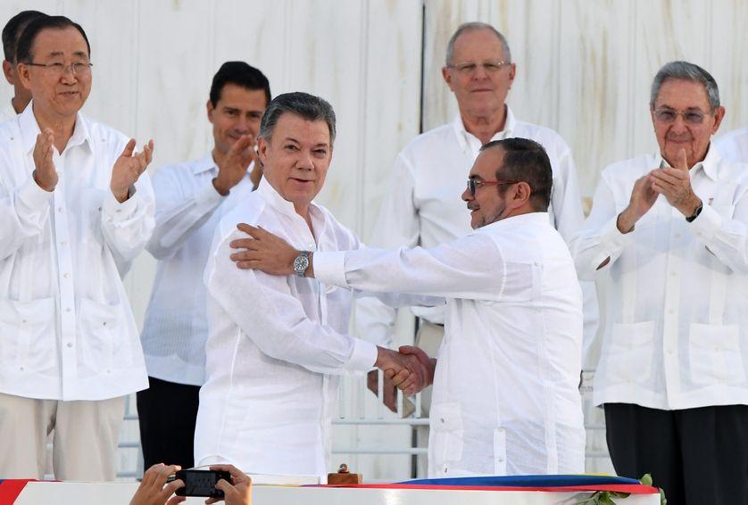Lors de la signature de l'accord de paix historique entre le président colombien Juan Manuel Santos (au centre) et le chef de la guérilla des Farc Rodrigo Londoño, le 26 septembre 2016.