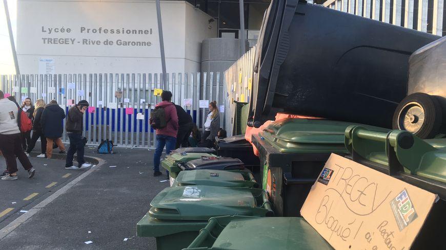 Une vingtaine de poubelles bloquaient les grilles du lycée ce mardi 11 octobre 2016.