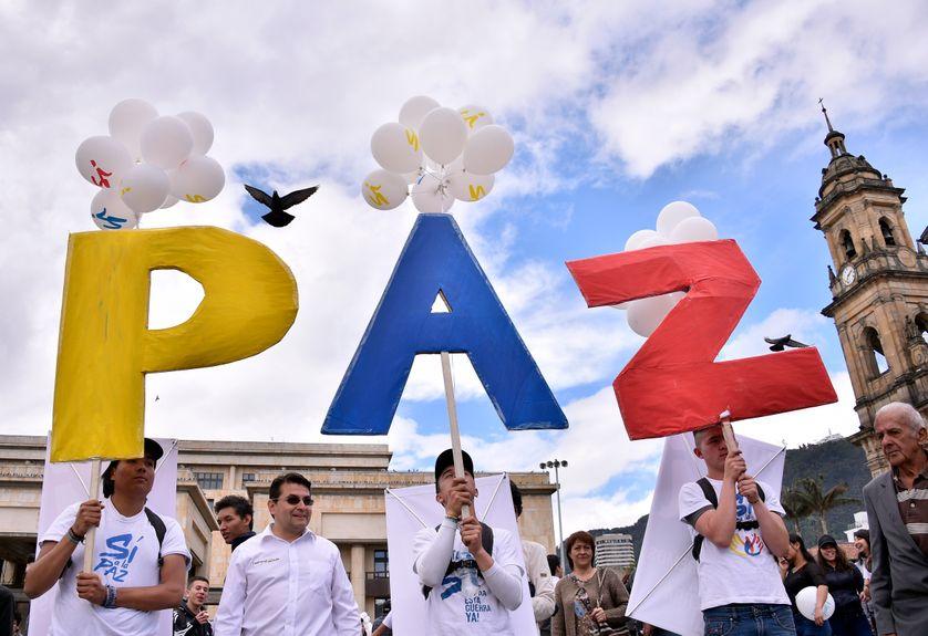 Lors de la signature de l'accord de paix historique entre le président colombien Juan Manuel Santos et le chef de la guérilla des Farc Rodrigo Londoño, à Bogota le 26 septembre 2016.