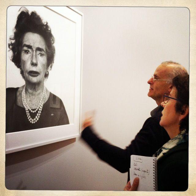 """Robert Rubin et Brigitte Patient devant """"Carmel Snow"""" de Richard Avedon dans l'exposition à la BNF"""