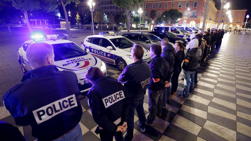 Les policiers tourangeaux ont tourné  symboliquement le dos à leur hiérarchie comme ici à Nice