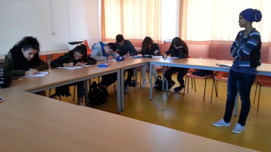 Ambiance studieuse pour les élèves de seconde en stage révision avec l'association Très d'union à Chenôve