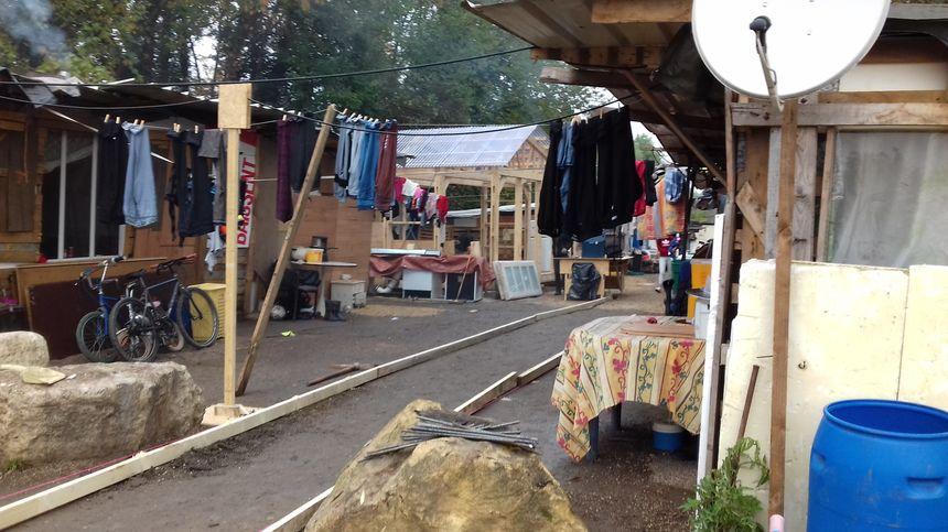 Depuis un an, 17 familles roumaines vivent dans ce camp de fortune à Metz-Sablon.