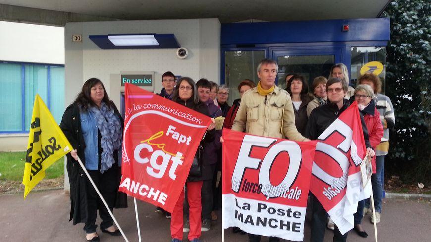 Une vingtaine de manifestants s'est réunie devant le bureau de poste du Val-Saint-Jean à Saint-Lô ce lundi 10 octobre
