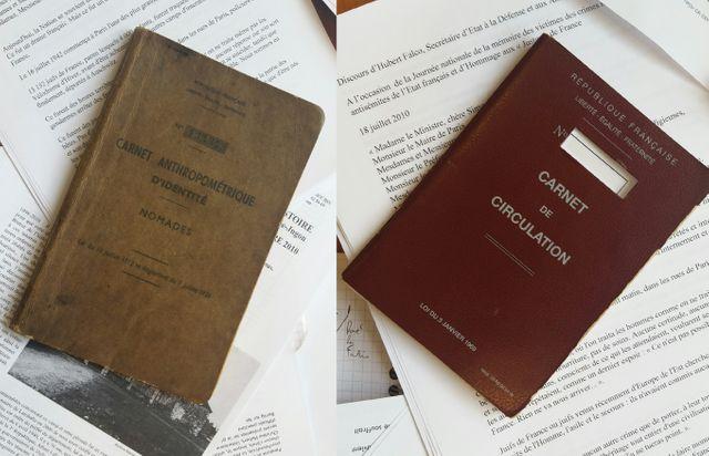 Les carnets obligatoires pour les Tsiganes : de 1912 à 2012 (gauche) et actuel (droite)