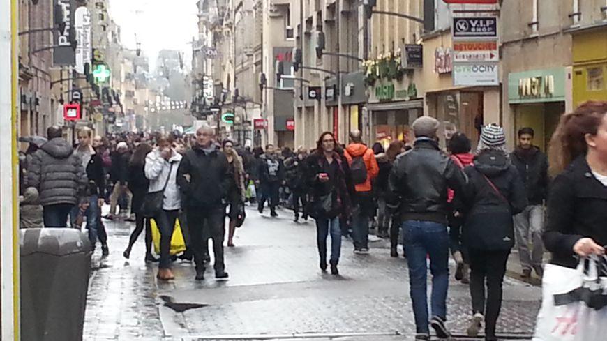La rue Serpenoise, l'une des rues les plus commerçantes de Metz