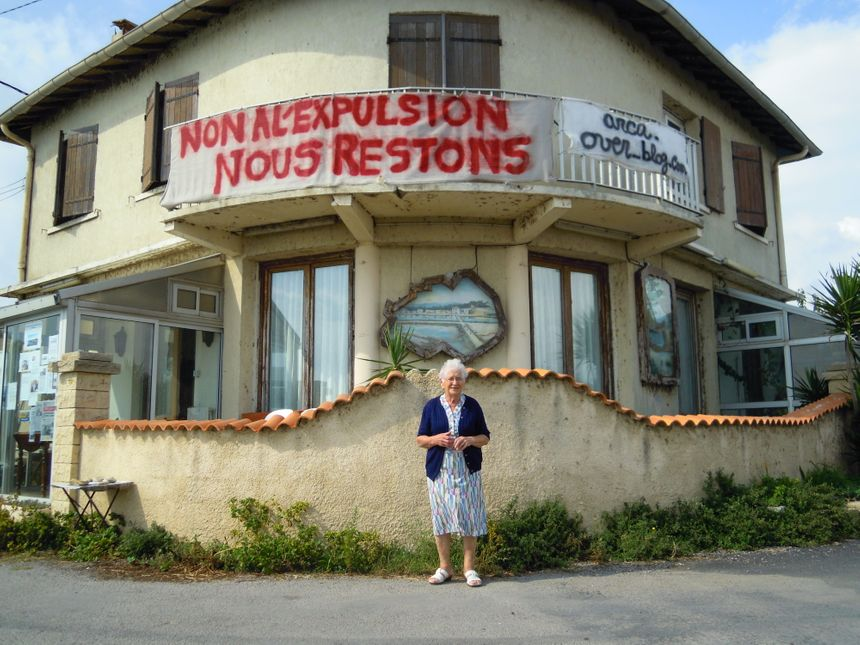 Lucette, la doyenne du quartier, devant sa maison aux Aresquiers.