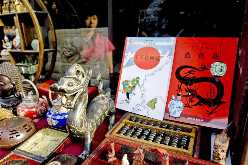 Tintin et Le Lotus bleu dans une vitrine de la rue des antiquaires, à Pékin, 2008