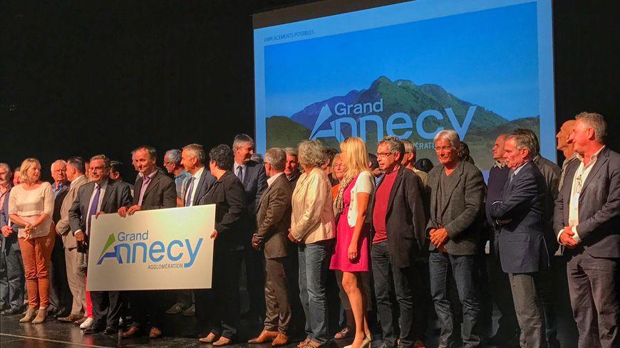 """Les 43 maires du futur """"Gand Annecy Agglomération"""" présentent le nouveau logo."""