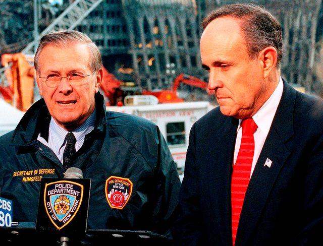 #USA 2016 : Rudolph Giuliani (à dr) aux cotés du Secrétaire  à la Défense Donald Rumsfeld (à g.) à Ground Zero en sept 2001