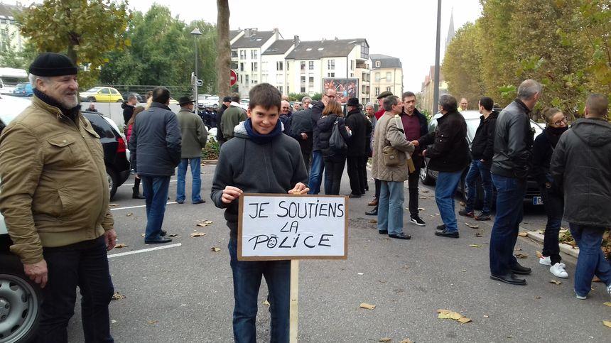 Aymeric, 12 ans, est venu avec son grand-père Jean-Marie, un ancien policier de Fameck.
