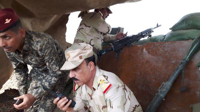 Le général Karim coordonne un tir de mortier