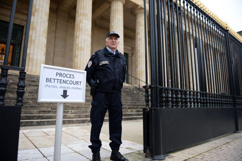 Un officier de police devant le palais de justice de  Bordeaux le 26 janvier 2015