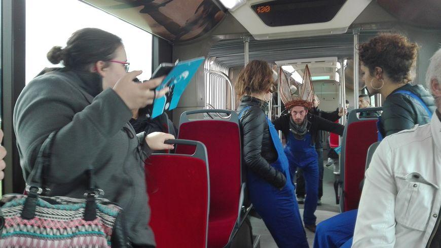 Les comédiens de la compagnie Le Bleu d'Armand improvisent dans le Tempo entre Allonnes et Le Mans
