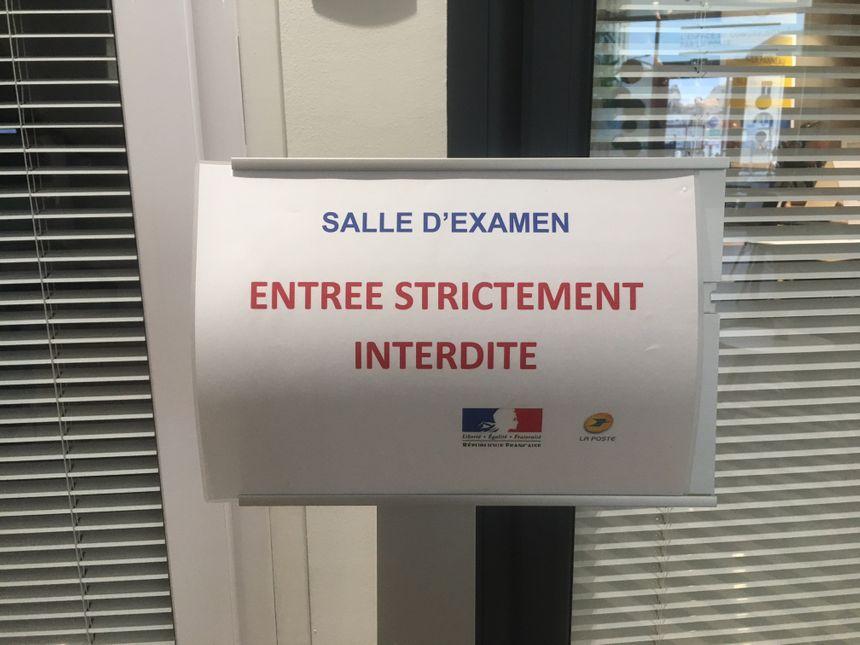 Les examens se déroulent dans des petites salles dans les bureaux de la Poste.