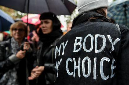"""""""Mon corps, mon choix"""" : femme participant aux protestations contre le projet de loi anti-IVG en Pologne"""
