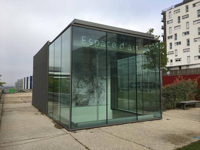 Une vitrine en hauteur en appelle à la curiosité des visiteurs