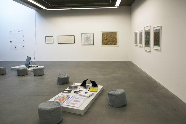 Vue de l'exposition Données à voir, La Terrasse espace d'art de Nanterre 2016, oeuvre de Julien Prévieux au fond