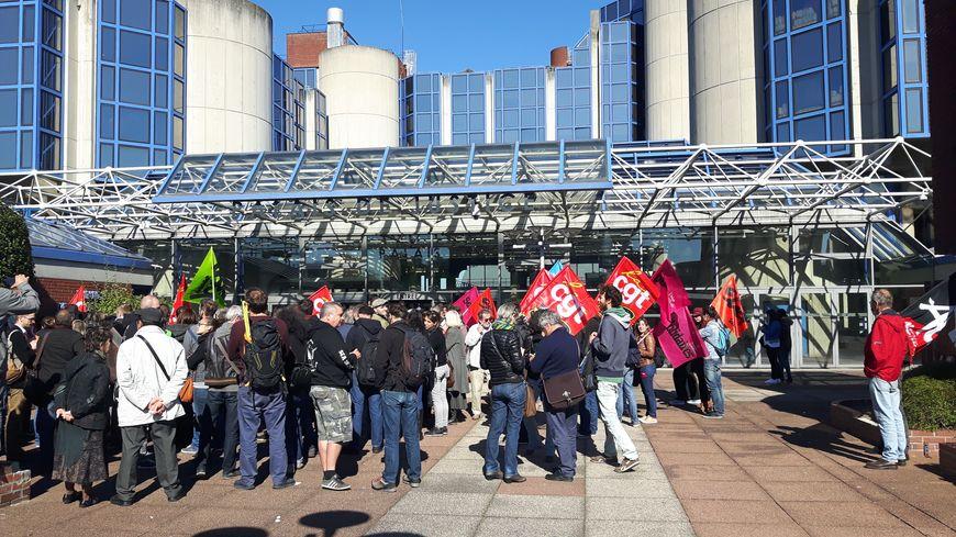 Le rassemblement des soutiens à Nicolas Jounin devant le tribunal de Bobigny
