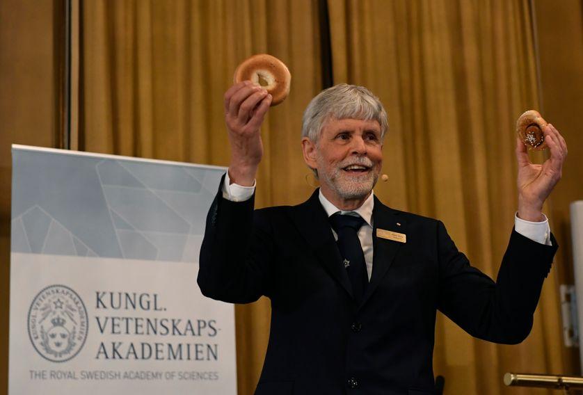 Lors de l'annonce du prix Nobel de physique, mardi 4 octobre à Stockholm.