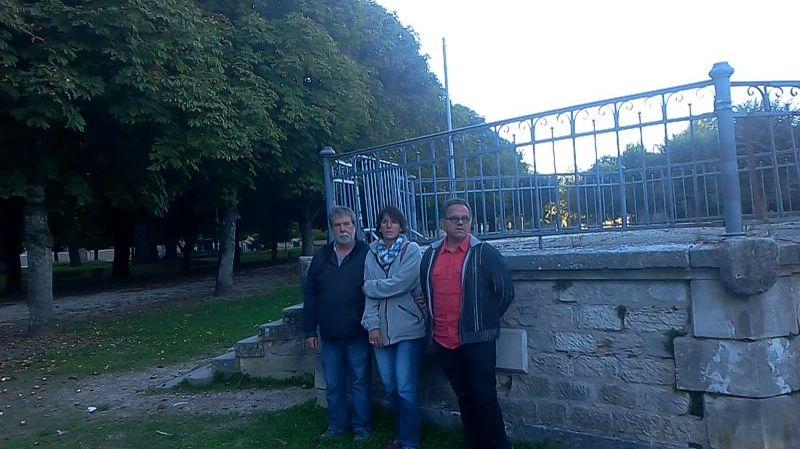 """Le beau-père, la mère et le père de Baptiste Chevreau, devant le """"kiosque du pâtis"""" à Tonnerre"""