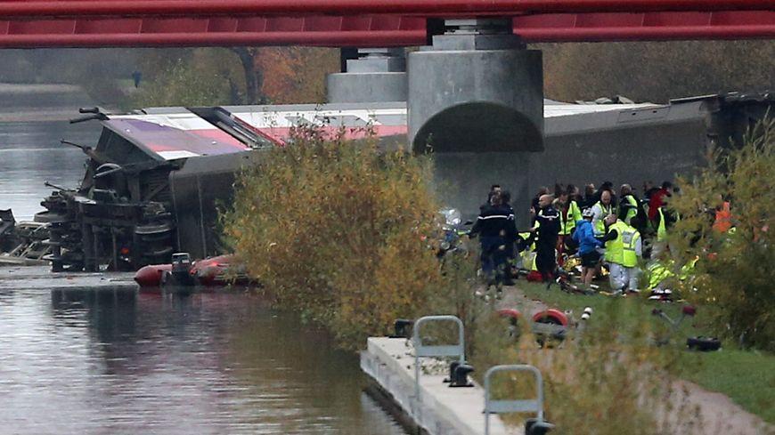 """2 employés de la SNCF et un """"pilote traction"""" salarié de Systra, filiale chargée des essais, ont été mis en examen et placés sous contrôle judiciaire pour homicides et blessures involontaires."""