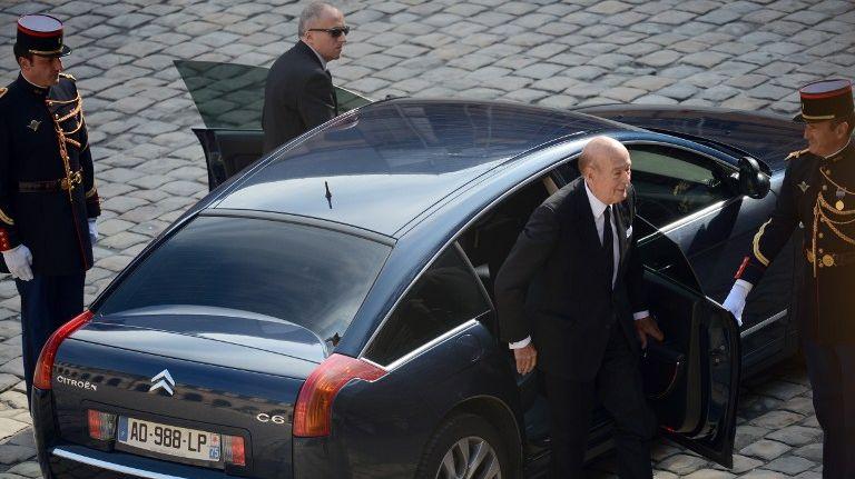 Depuis 1985, les anciens présidents de la République (ici Valéry Giscard d'Estaing) bénéficient notamment d'un véhicule avec chauffeurs et de deux officiers de sécurité